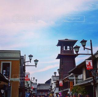 近くに忙しい街の通りのの写真・画像素材[1032901]