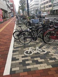 自転車は、街の通りに駐車の写真・画像素材[868399]