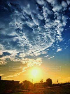 雲と沈む夕日の写真・画像素材[849136]