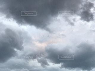 雨雲の中の夕焼け雲の写真・画像素材[837275]