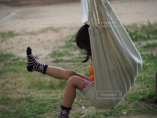 ハンモックでリラックスの少女の写真・画像素材[2241881]