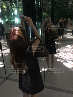 ワイングラスを持つ女性の写真・画像素材[1372643]