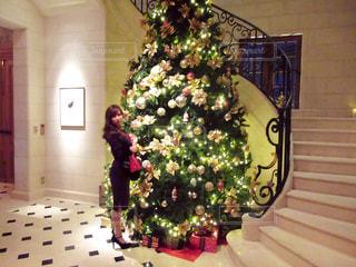 部屋のクリスマス ツリーの写真・画像素材[1376729]