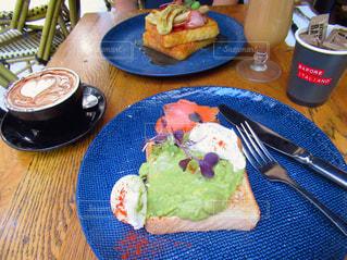 テーブルの上に食べ物のプレートの写真・画像素材[1397360]