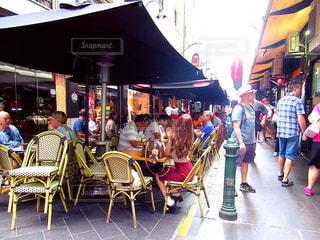 レストランのテーブルに座っている人々 のグループの写真・画像素材[1397361]