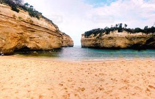 水の横にある岩のビーチの写真・画像素材[1397365]