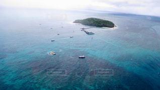 水の体の真ん中に島の写真・画像素材[1402467]