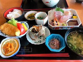テーブルの上に食べ物の種類で満たされたボウルの写真・画像素材[1402480]