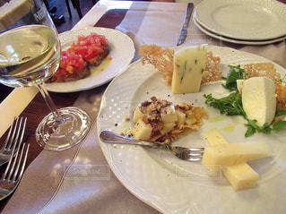 テーブルの上に食べ物のプレートの写真・画像素材[1429683]