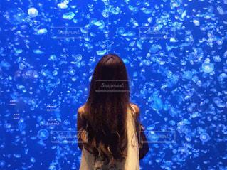 水のプールの前に立っている女性の写真・画像素材[1443079]