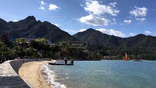 背景の山と水体の写真・画像素材[884803]