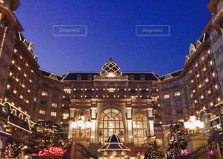 ライトアップした東京ディズニーランドホテルの写真・画像素材[858451]