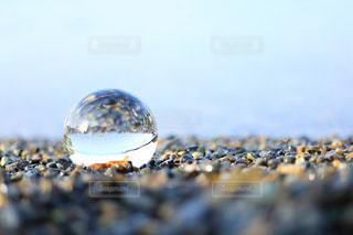 ガラス玉に映る海の写真・画像素材[1186204]
