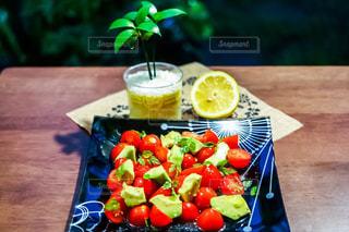 トマトとアボカドのサラダの写真・画像素材[1287188]
