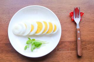 お皿の上のゆで卵の写真・画像素材[1606402]