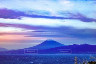 夕暮れどきの富士山と海の写真・画像素材[1661645]