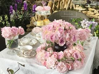 ピンクの花で満たされたテーブルの写真・画像素材[2709614]
