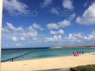 海の横にある砂浜のビーチ - No.874135