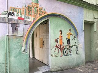 建物の側に落書きと自転車の写真・画像素材[841700]