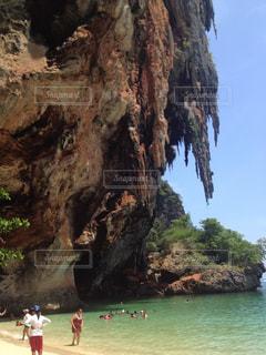 タイのクラビーのビーチと崖の写真・画像素材[839483]