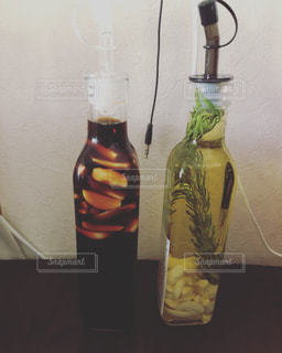 テーブルの上にワインのボトルの写真・画像素材[1310654]