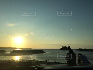 水の体の横に立っている人の写真・画像素材[840585]
