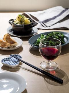テーブルの上に赤ワインと料理の写真・画像素材[849110]
