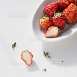 いちごをのせた白プレートの写真・画像素材[849120]
