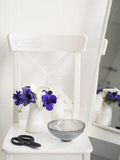 白いイスと青い花のあるインテリアの写真・画像素材[849137]