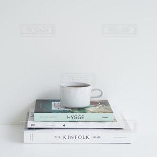 テーブルの上のコーヒー カップの写真・画像素材[871606]