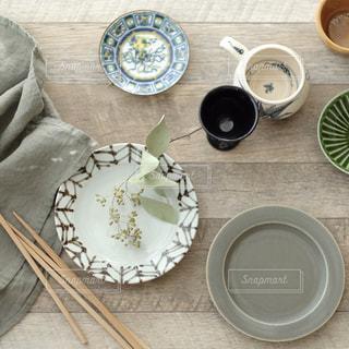 テーブルの上にお皿が並んでいる写真 - No.980305