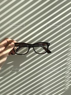 メガネを持っている写真の写真・画像素材[980309]
