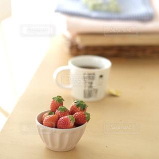 コーヒーとイチゴのある朝ごはんの食卓の写真・画像素材[980315]