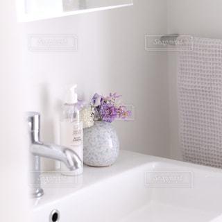 お花の飾ってあるさわやかな洗面所の写真 - No.980316