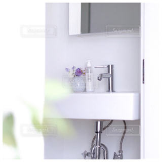 洗面台と鏡付きのバスルームの写真・画像素材[980317]