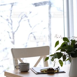 テーブルにコーヒーのあるおうちカフェの写真の写真・画像素材[980321]