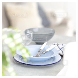 青い食器でランチのおもてなし準備の写真・画像素材[980322]