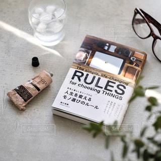 テーブルの上に読みかけの本の写真・画像素材[1108642]