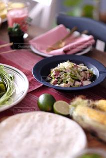 青いお皿とお料理の写真・画像素材[1312483]