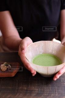 抹茶茶碗を持つ手元の写真・画像素材[2916836]