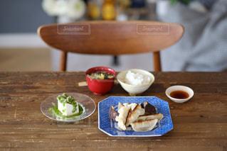 木製のテーブルの上に食べ物の皿の写真・画像素材[3102292]
