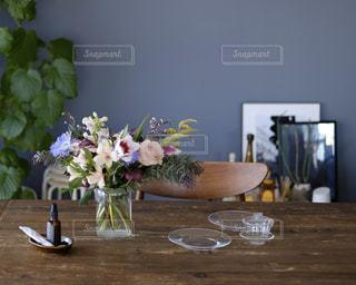 テーブルの上に花の花瓶の写真・画像素材[3102309]