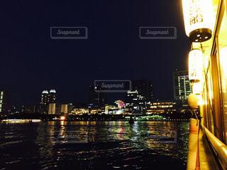 夜の空の都市と水体の写真・画像素材[956573]