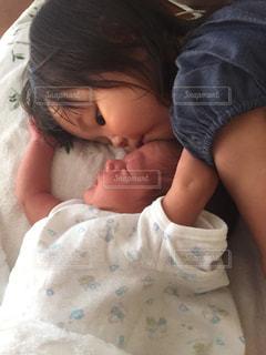 お姉ちゃん、妹にキスの写真・画像素材[843156]