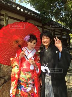 赤い傘を保持している女性の写真・画像素材[843188]