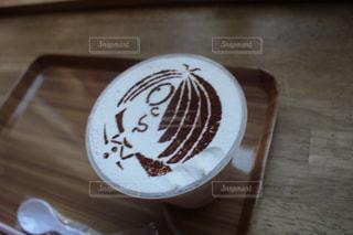 木製テーブルの上に座っているケーキの写真・画像素材[1298737]