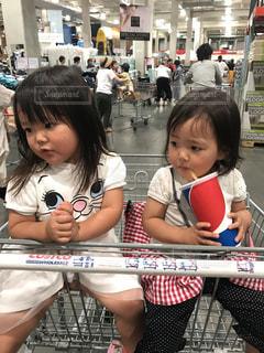 カートに乗る姉妹の写真・画像素材[1298850]