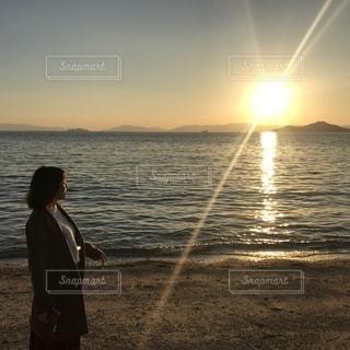 夕日を眺めるの写真・画像素材[1701361]