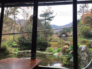 窓を流れる川の写真・画像素材[1628030]