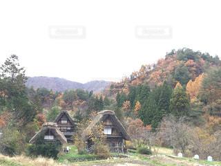 背景の山の家の写真・画像素材[1628031]